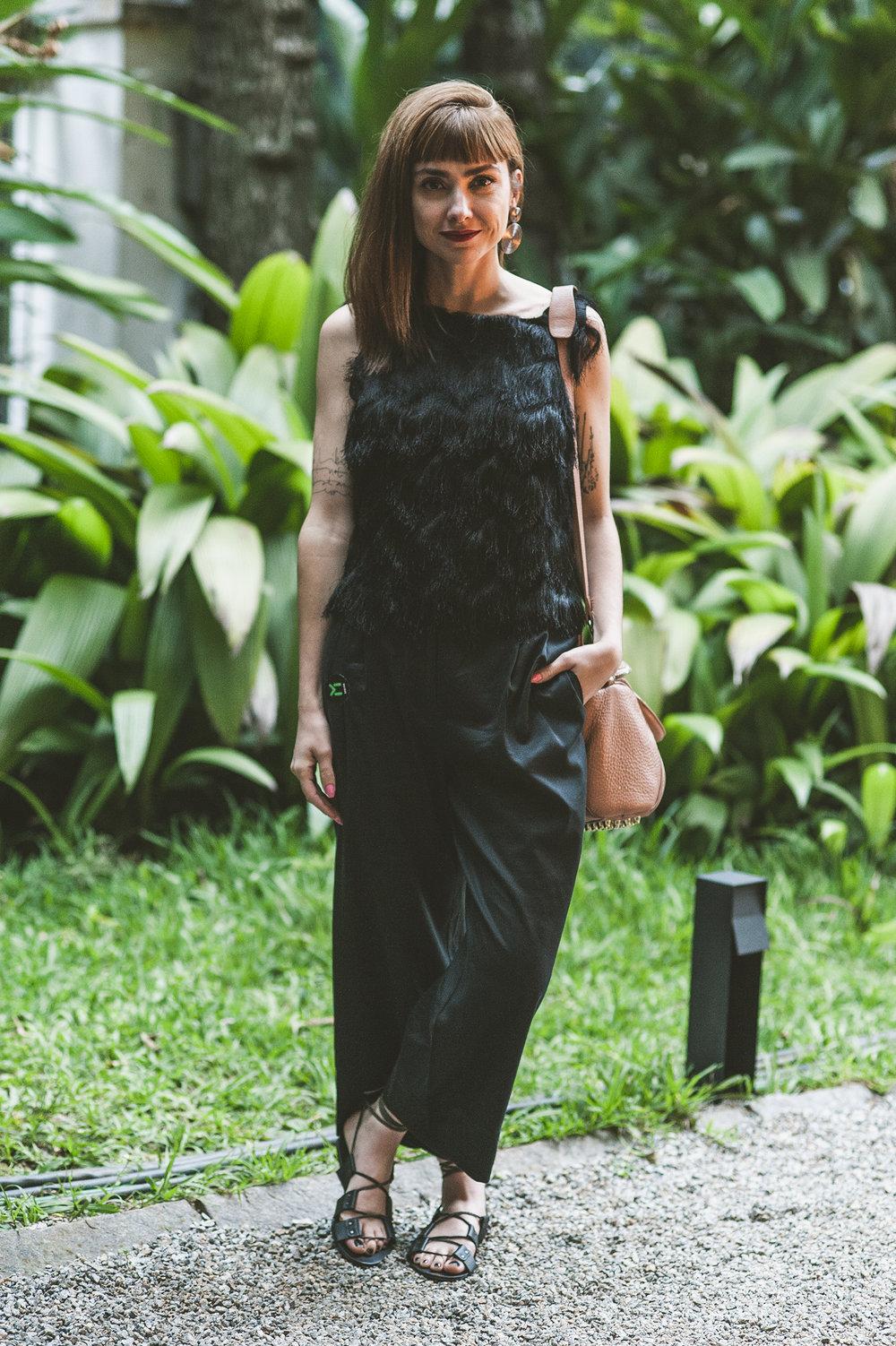 Já era o fim do sábado quando a maravilhosa  Thais Farage  chegou ao #MANUALnoMCB. Consultora de estilo, ela foi conferir as novidades das marcas que participam do evento e prestigiar a amiga Rosana Florenço, uma das fundadoras da  3Jolie .