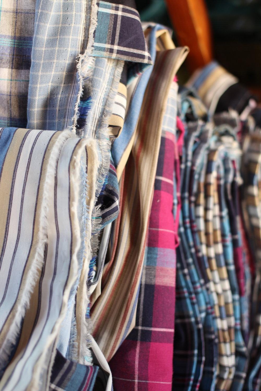 Para produzir as bolsas com a Rede Manual, a Comas garimpou tecidos que estavam sem uso por serem antigos, sem validade para a indústria da moda convencional