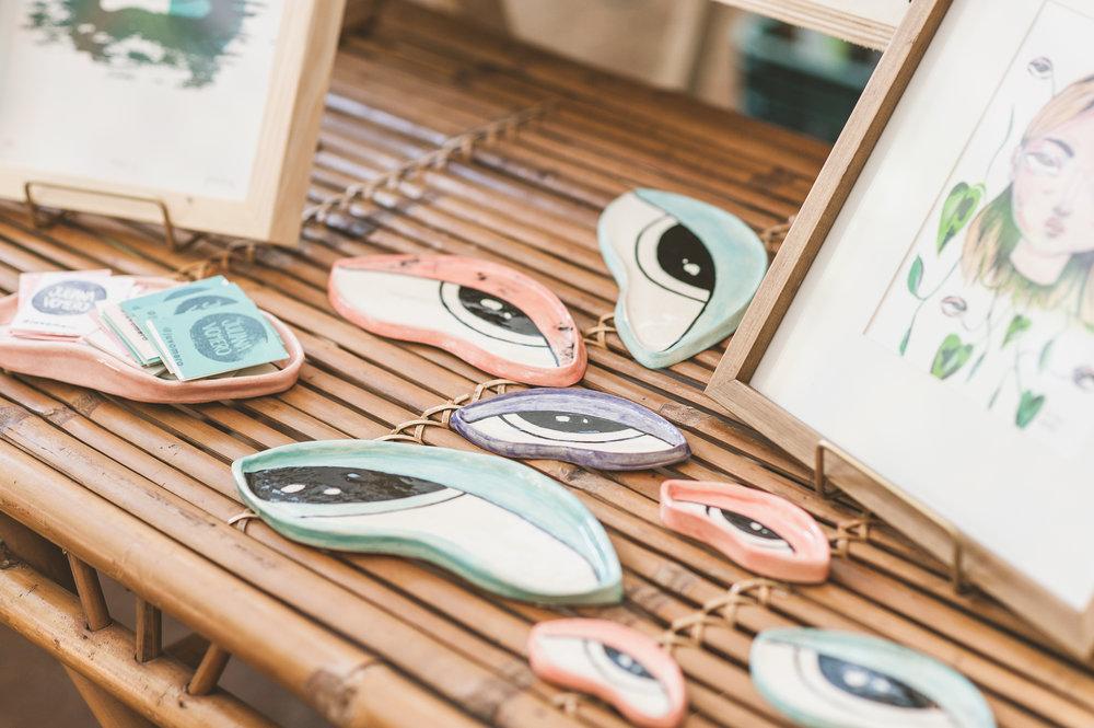Para Juliana, as cerâmicas são um respiro em seu fazer criativo, um desapego do desenho para experimentar outras técnicas e materiais