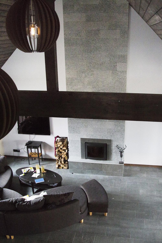 Golv: Antik grå jämtland / Spis: Hyvlad grå jämtland ::: Floor: Antique grey Jämtland / Fireplace: Grey planed Jämtland
