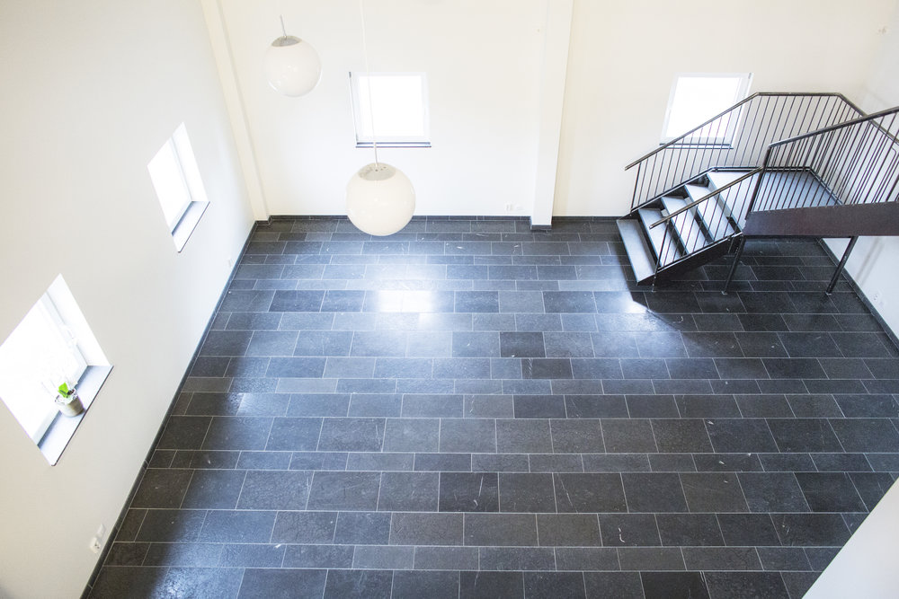 Golv: Rustik svart jämtland / Trappa: Rustik grey jämtland ::: Floor: Rustic black Jämtland / Stairs: Rustic grey Jämtland