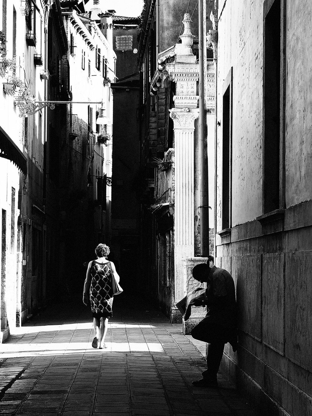 Reading the Paper, Venice