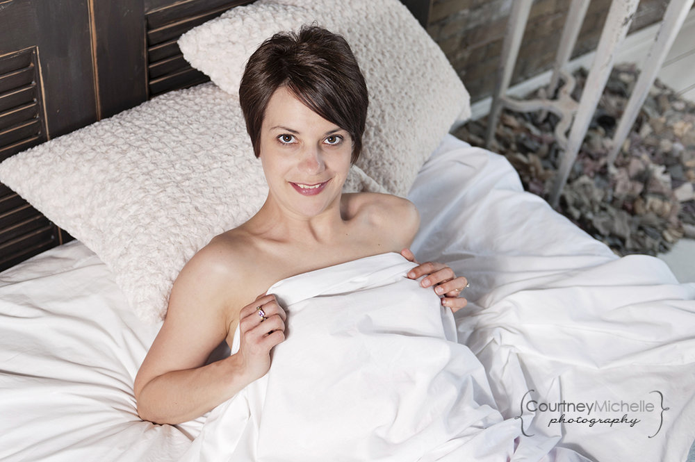 woman-laying-in-white-sheets-chicago-boudoir-photography-by-courtney-laper.jpg