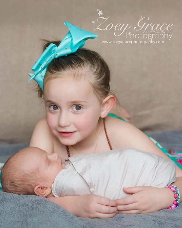 Sibling love 💙 . . Book your newborn session today! Send us a message or check out the website for more information. Link on the bio ⬆️