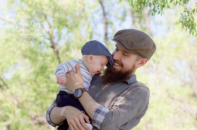 Way too adorable !! I love that they are matching hats 💙  Book your family session today! Check out the website or send us a DM