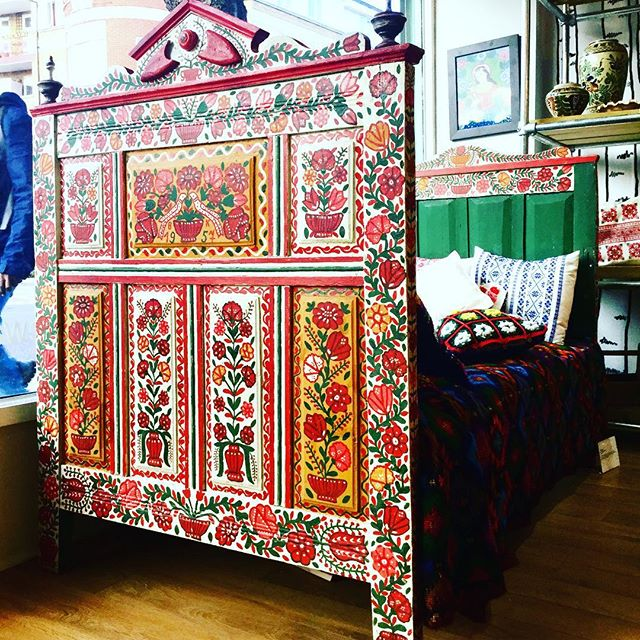 An absolutely amazing day bed, hand painted. Come and see our Transylvanian Families exhibition!  Tomorrow is the last day! #antique #antiques #antiquefurniture #transylvania #romania #exhibition #handpainted #furniture #london #londonantiques #antiquesforsale #forsale #folk #folkart #traditional #antiquedealersofinstagram #antiquedealer