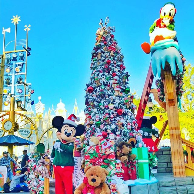 The most magical tree in all of Southern California is @disneyland of course. #mickeymouse #disney #disneyland #anaheim #oc #la #losangeles #christmastree #ornaments