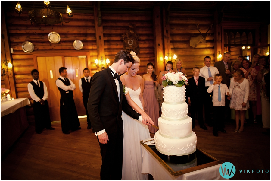 57 kakeskjæring bryllupskake brudepar