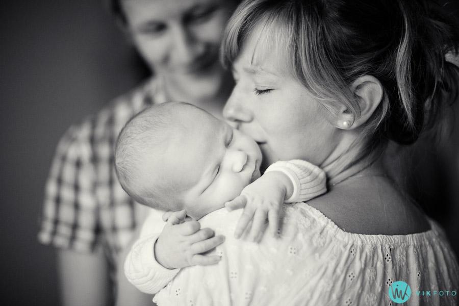 Familiefotografering i Oslo - koselig familiebilde av baby, mor og far.