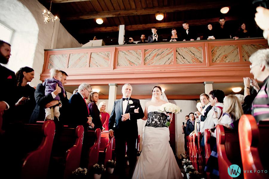 brudemarsj-vielse-lorenskog-kirke-fotograf-hele-dagen.jpg