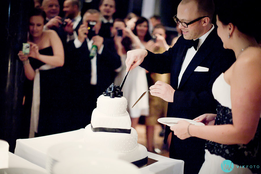 kakekutting-bryllupskake-fotograf-oslo-brudepar.jpg