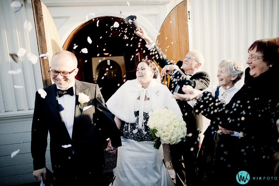 lorenskog-kirke-fest-bryllup-vielse-glede-kaste-ris-blomster.jpg