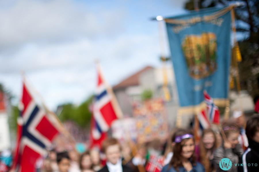 17mai-feiring-sarpsborg-tog-barnetog-fane-flagg.jpg