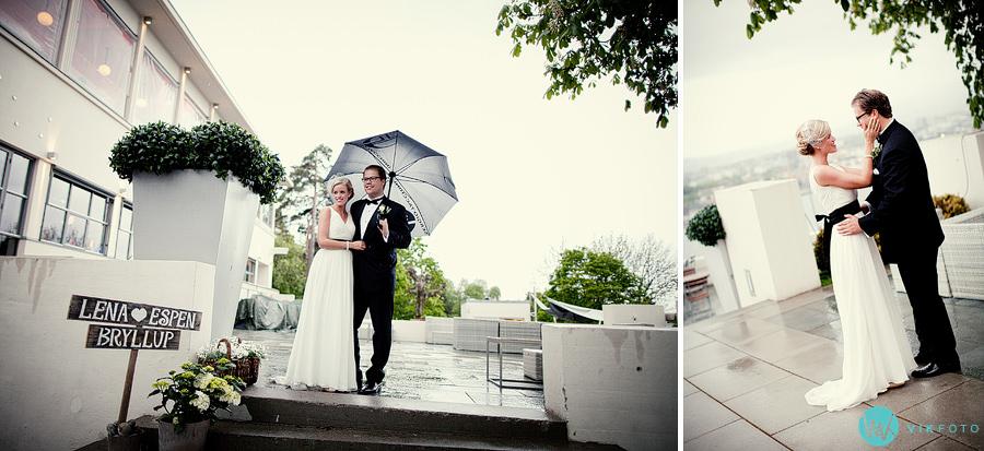 37-bryllup-regn-paraply-brudepar-ekebergrestauranten.jpg