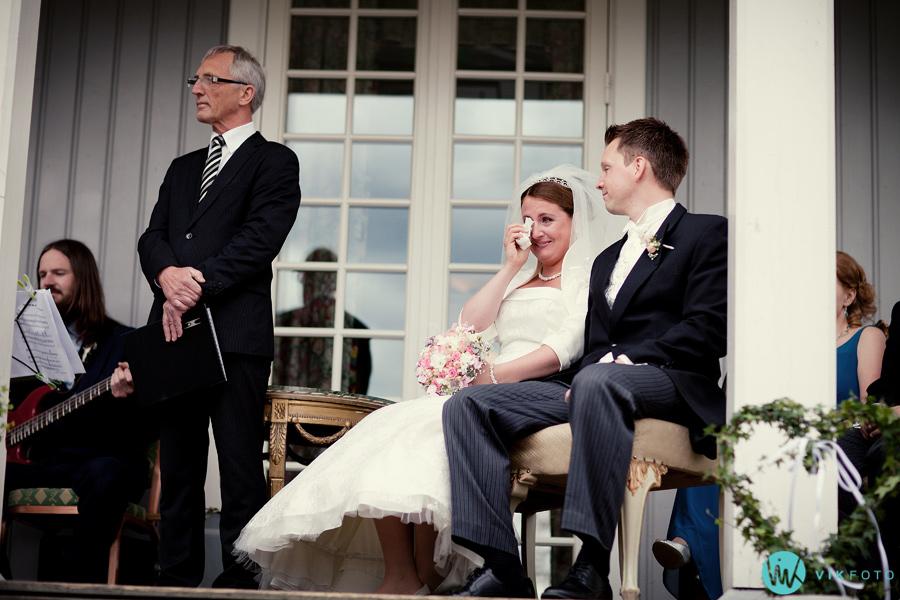 023-brudepar-rørt-emosjonell-seremoni.jpg