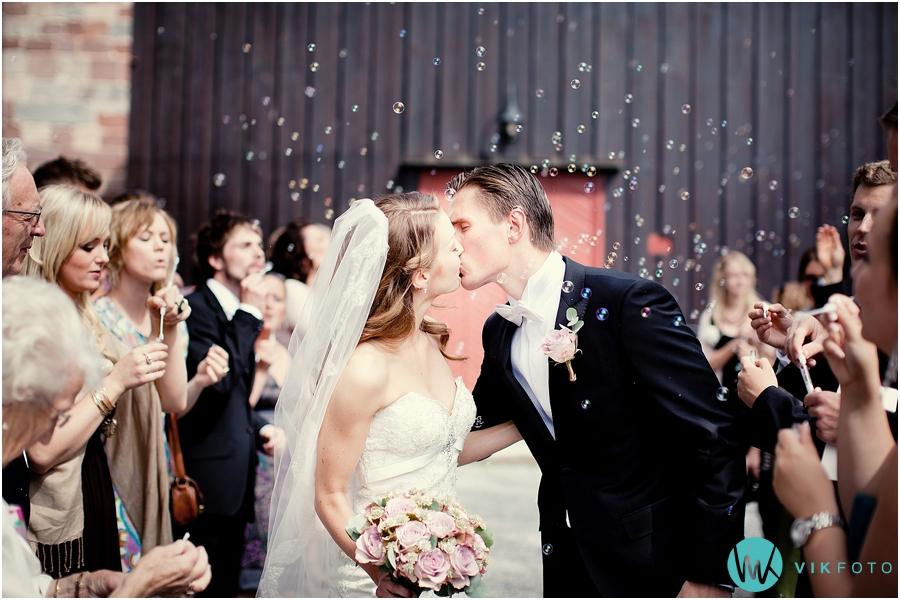 12-nygift-bryllup-kirketrapp-sapebobler.jpg
