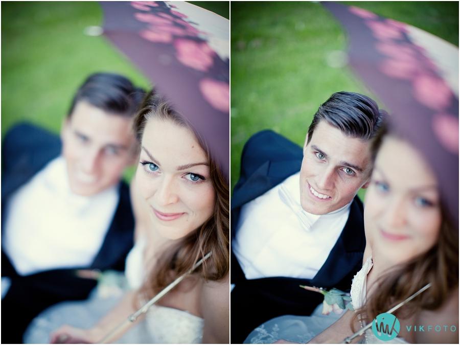 46-brudepar-paraply-bryllupsfotograf-moss.jpg