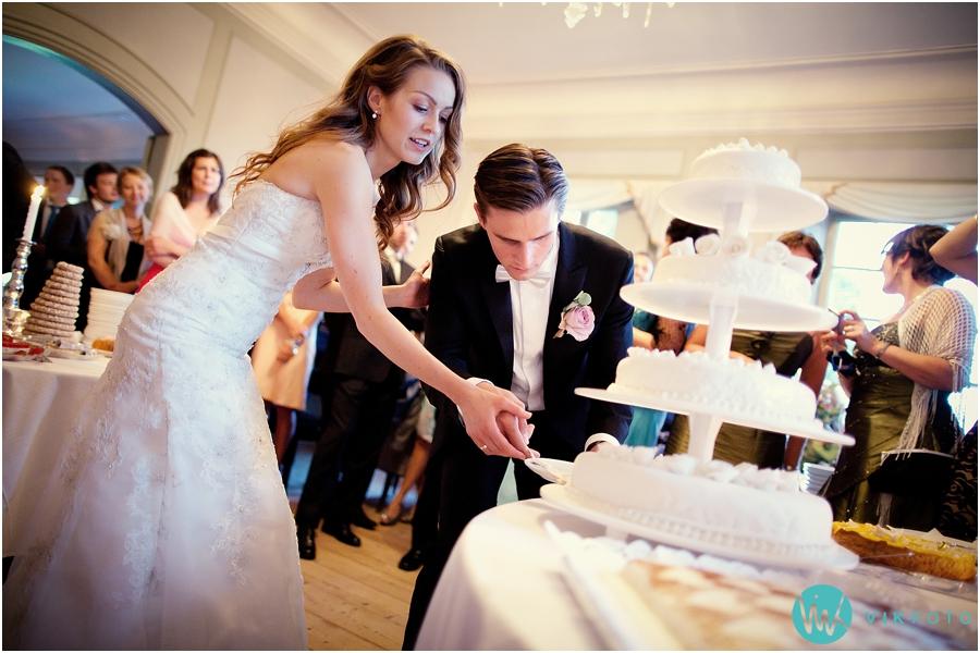 50-kake-skjaering-kutting-bryllup-brudepar-bryllupskake.jpg