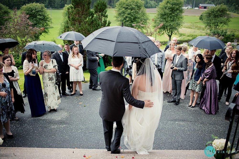 12-vielse-bryllup-regn-kirketrapp.jpg