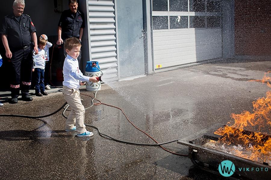 12-fotograf-sarpsborg-barnebursdag-brannmann-bursdag-brannstasjon.jpg