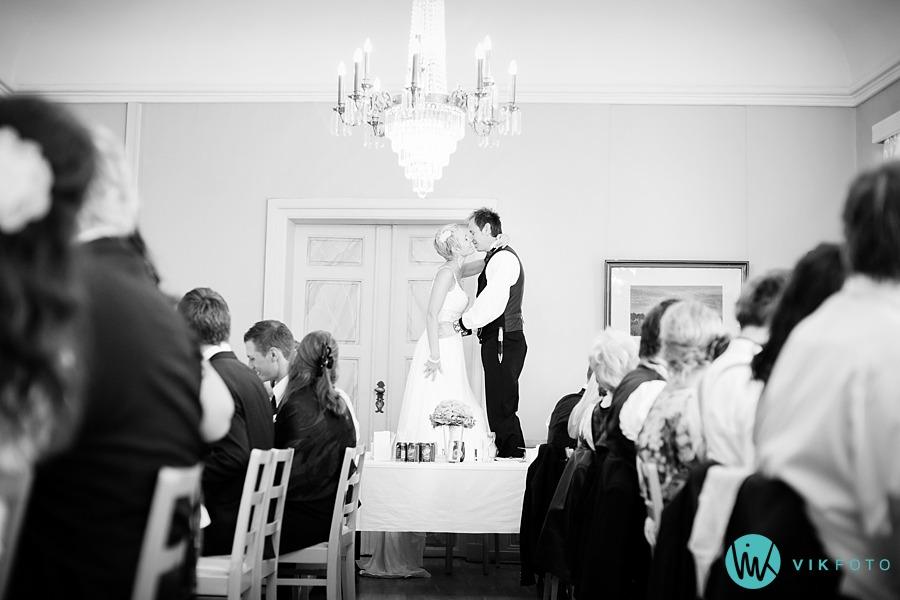 59-bryllup-brudepar-stol-kyss-gamlebyen-fredrikstad.jpg