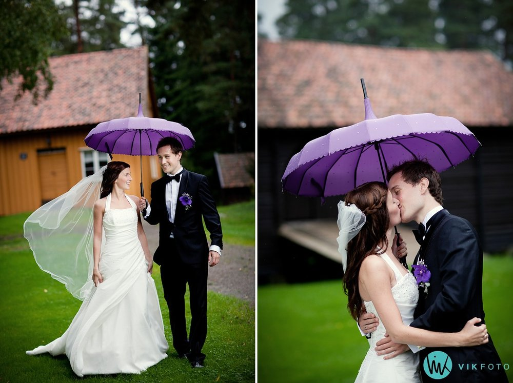bryllup-brudepar-bryllupsbilde-regn-paraply.jpg