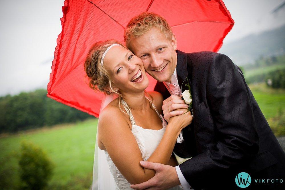 bryllup-bryllupsbilde-regn-paraply.jpg