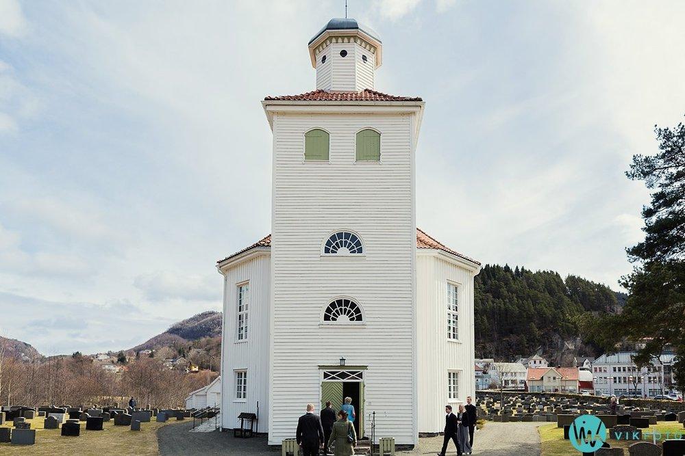 16-bryllup-vielse-kvinesdal-kirke-brudepar