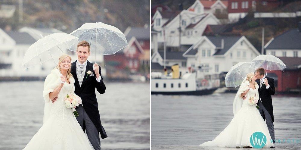 30-bryllupsbilde-brudepar-regn-paraply-støvler