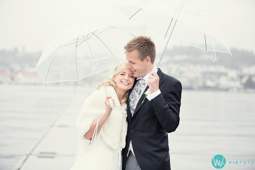 33-bryllupsbilde-brudepar-regn-paraply-støvler