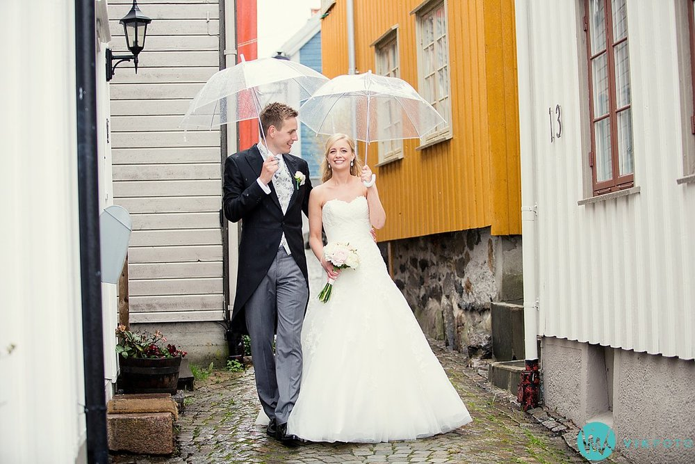 35-bryllupsbilde-brudepar-regn-paraply-støvler