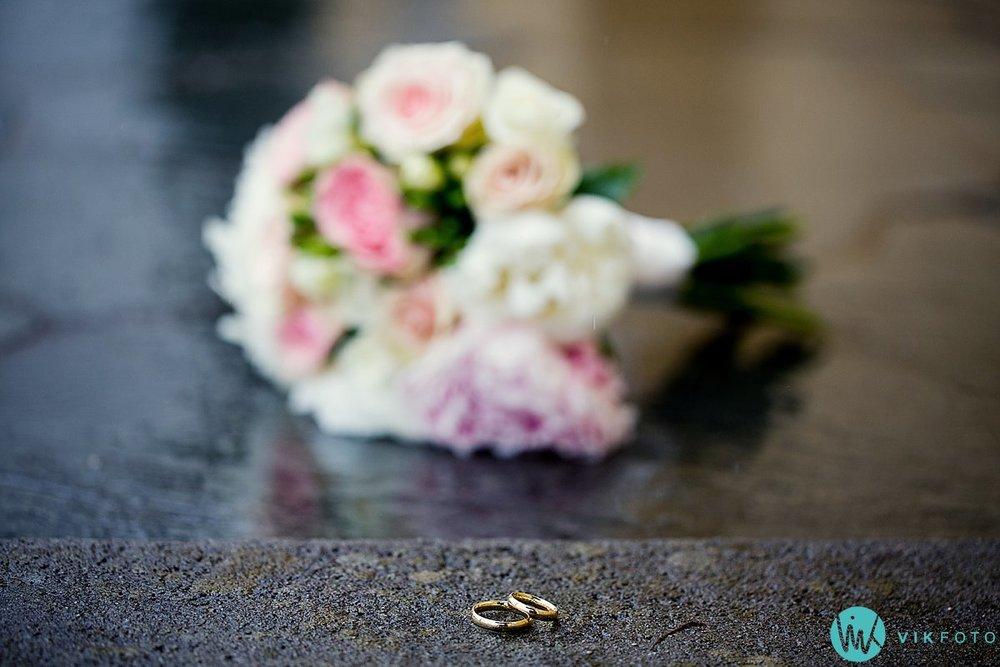 41-bryllupsbilde-brudepar-regn-paraply-støvler