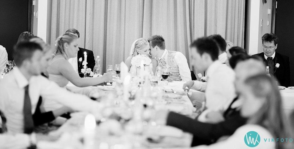 58-bryllup-strand-hotell-fevik-fest-brudepar