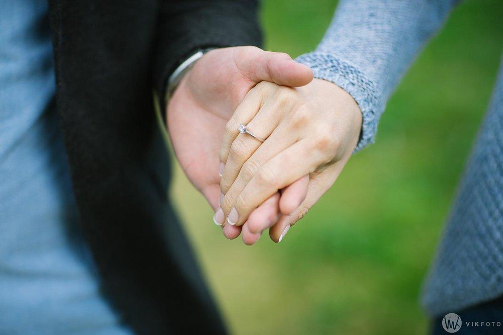 Nærbilde av hender til kjærestepar