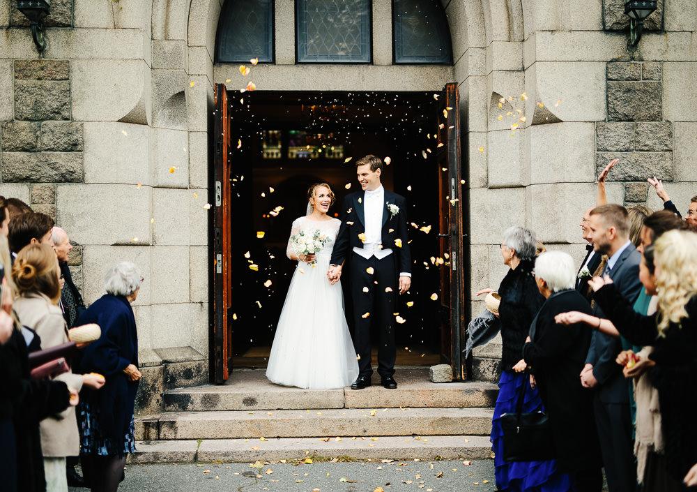 Brudepar og konfetti på kirketrappen etter vielsen