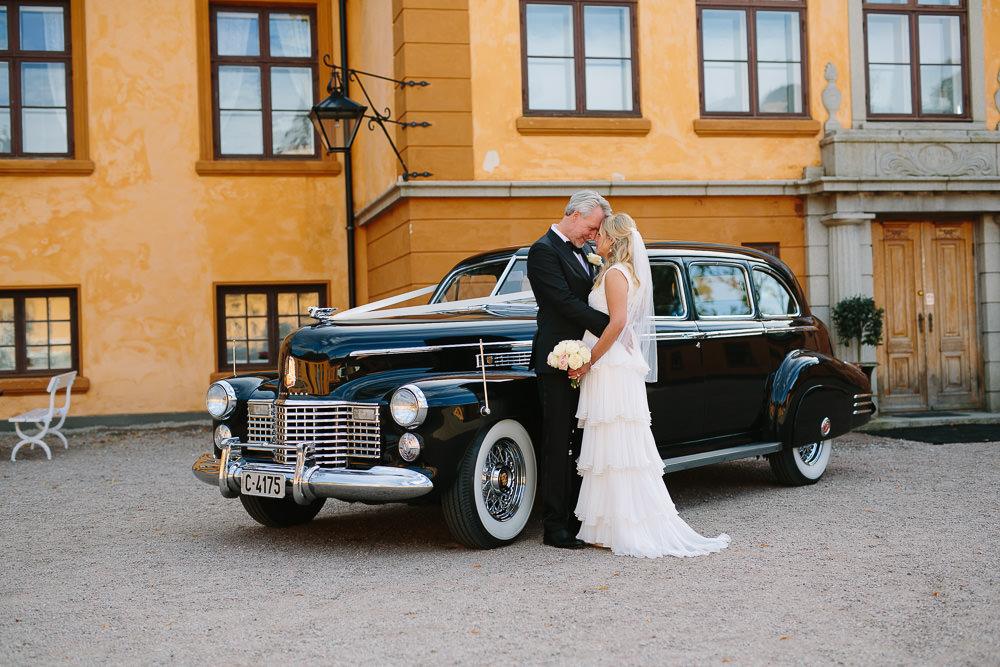 Vakkert brudepar og stilig veteranbil ved Bogstad Gård i Oslo