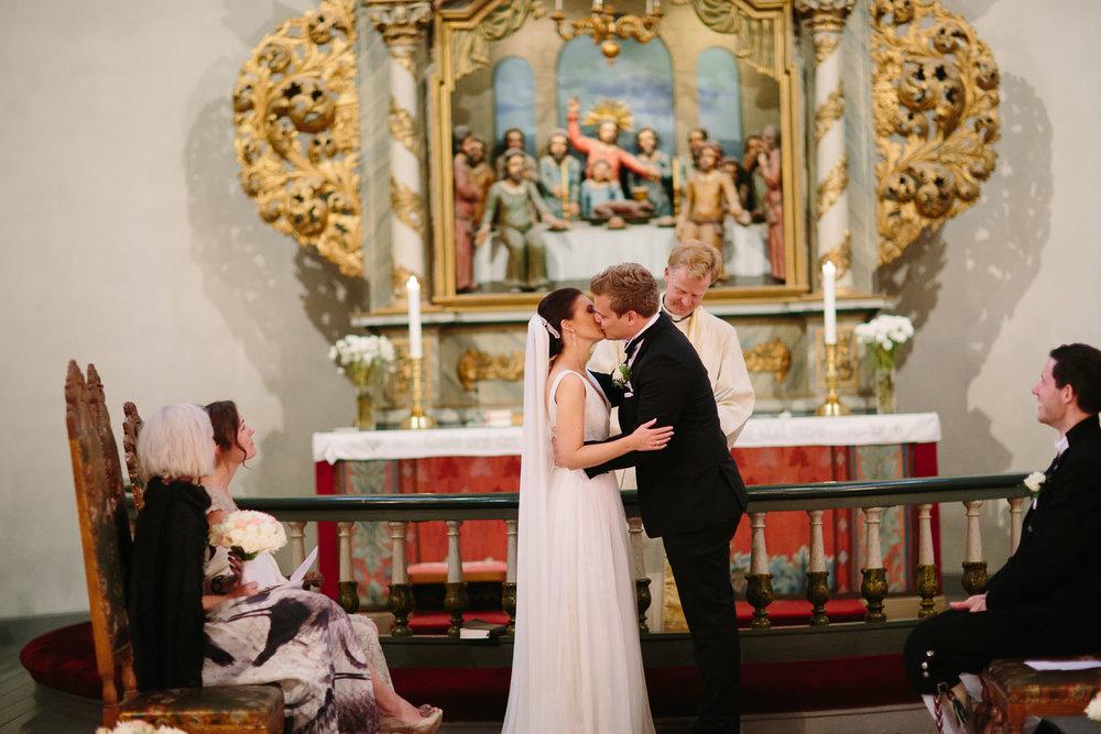 27-bryllup-asker-kirke-vielse-bryllupsfotograf-regn.jpg