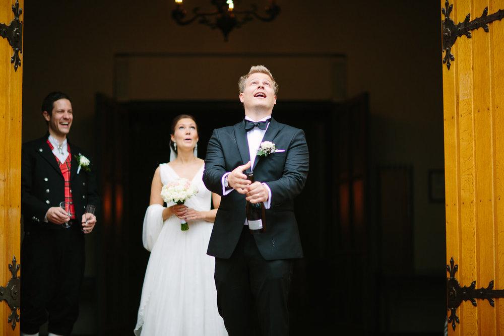 35-bryllup-asker-kirke-vielse-bryllupsfotograf-regn.jpg