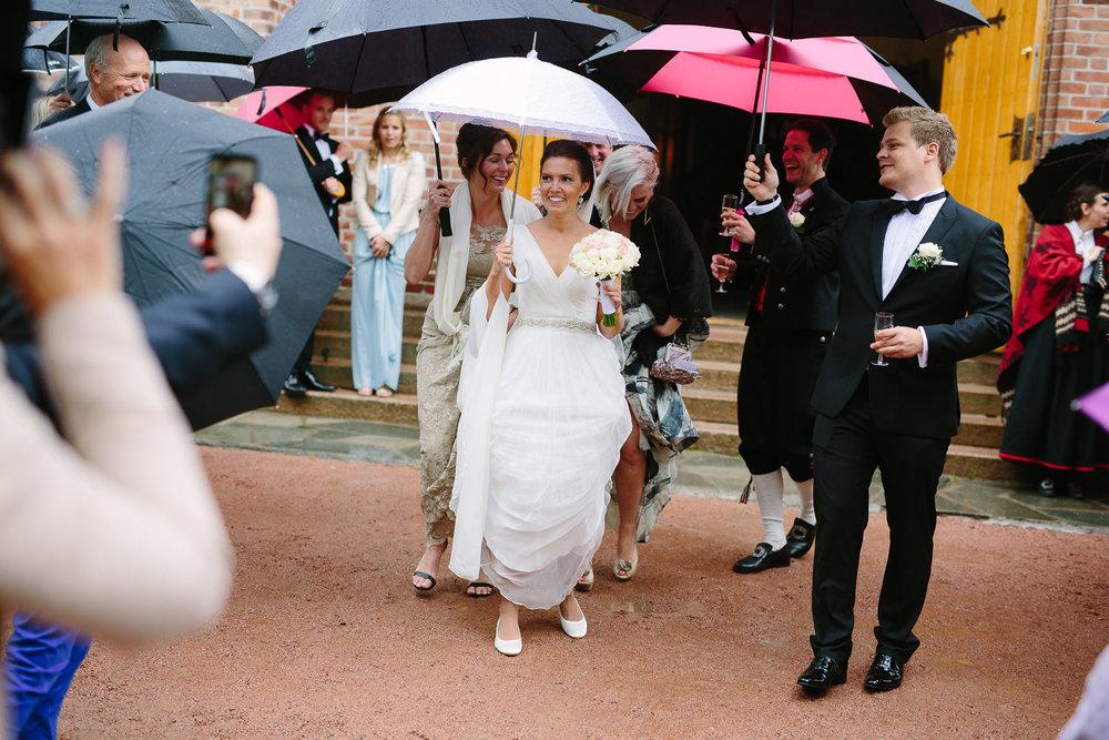 36-bryllup-asker-kirke-vielse-bryllupsfotograf-regn.jpg