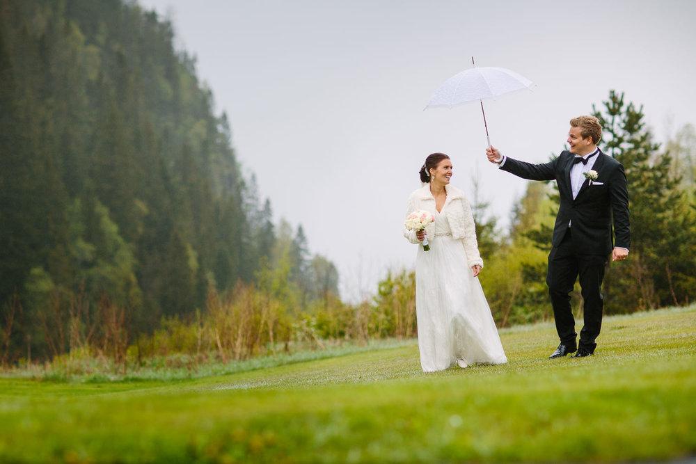 38-bryllupsbilde-kleivstua-brudepar-regn-tåke.jpg