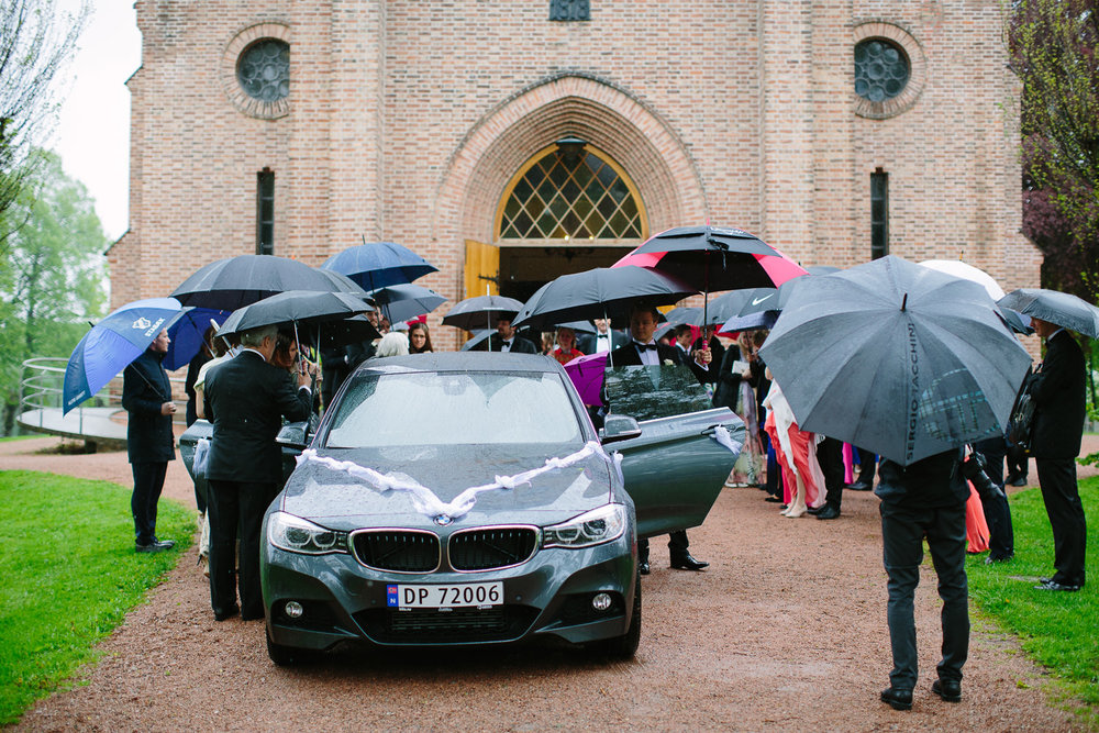 37-bryllup-asker-kirke-vielse-bryllupsfotograf-regn.jpg