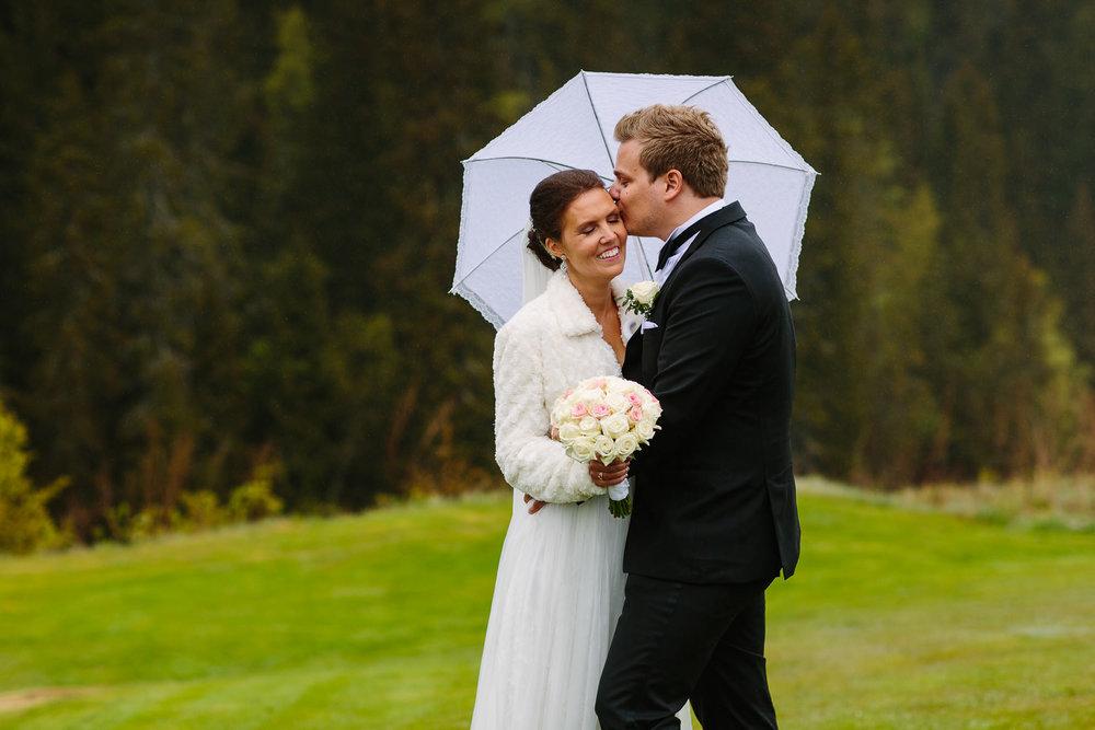 39-bryllupsbilde-kleivstua-brudepar-regn-tåke.jpg