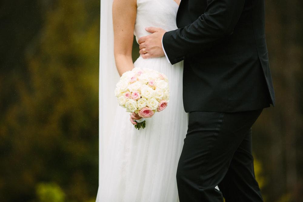 42-bryllupsbilde-kleivstua-brudepar-regn-tåke.jpg