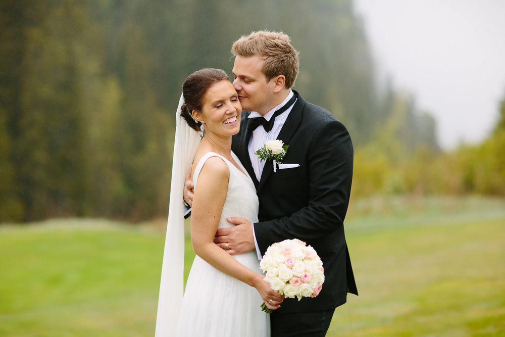 43-bryllupsbilde-kleivstua-brudepar-regn-tåke.jpg