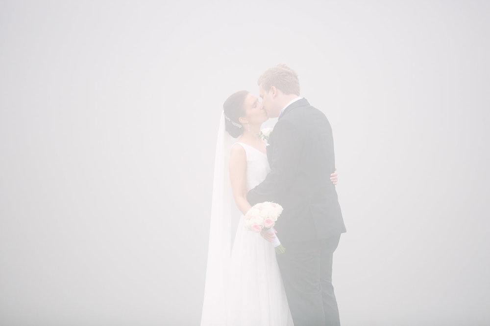 46-bryllupsbilde-kleivstua-brudepar-regn-tåke.jpg