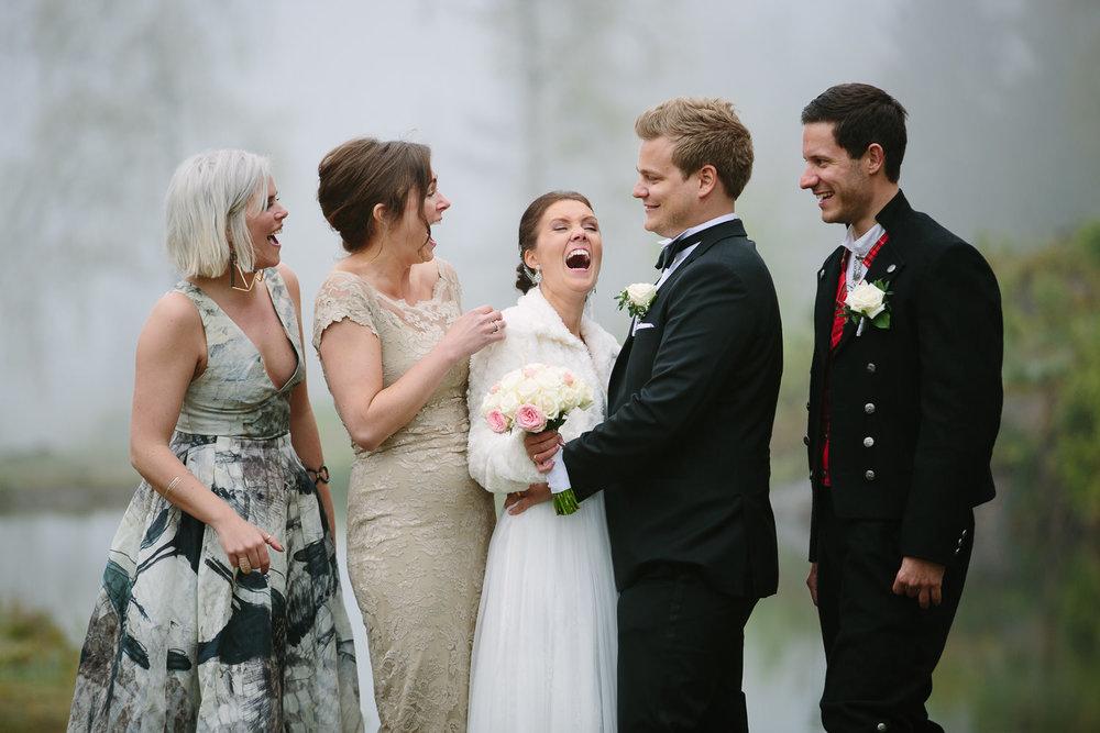 47-bryllupsbilde-kleivstua-brudepar-regn-tåke.jpg