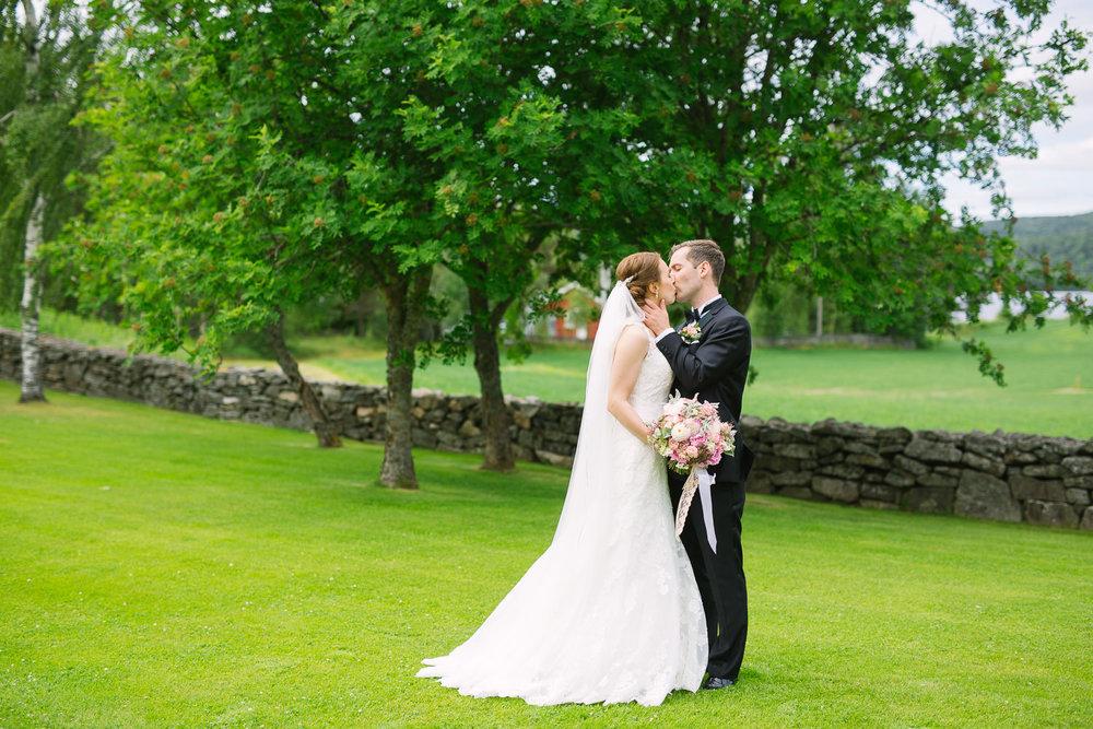 37-bryllupsfotograf-romskog-spa-bryllupsbilde-eucalyptus-blomster.jpg