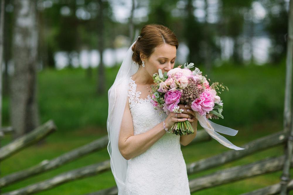 39-bryllupsfotograf-romskog-spa-bryllupsbilde-eucalyptus-blomster.jpg
