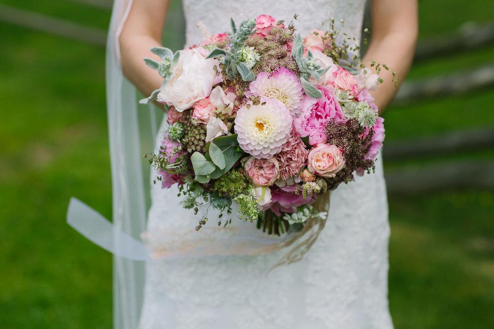 40-bryllupsfotograf-romskog-spa-bryllupsbilde-eucalyptus-blomster.jpg