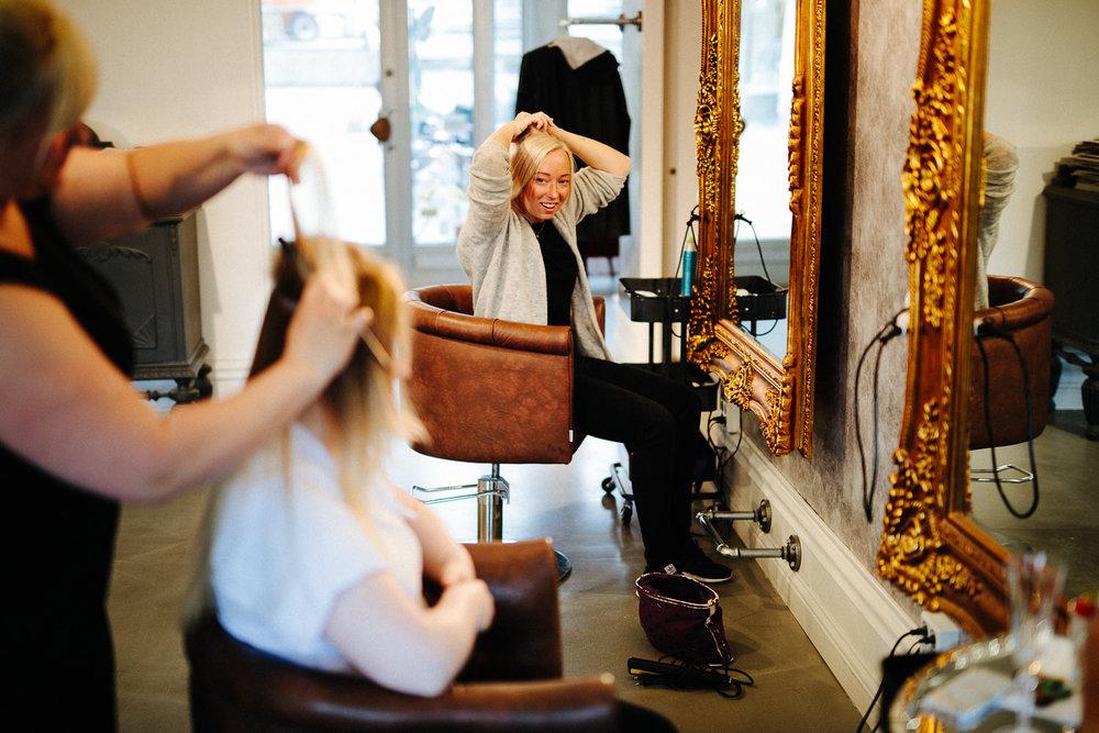 Brud og forlover - forberedelser før vielsen i frisørsalongen